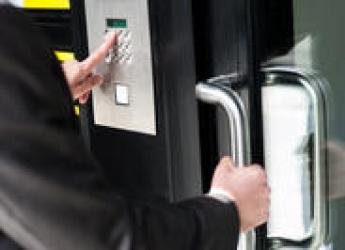 Image de démarchage à l'entrée d'un bâtiment